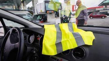 Des automobilistes posent leur gilet jaune sur le tableau de bord pour protester contre la hausse des prix du carburant *** Local Caption *** Flambée des prix des carburants : à qui la faute ? Une contestation citoyenne, lorgnée par les politiques Des automobilistes affichent un gilet jaune devant leur pare-brise en signe de protestation.