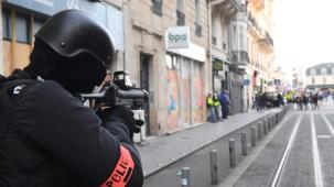 "A riot police officer holds a 40-millimetre rubber defensive bullet launcher LBD (LBD 40) weapon during an anti-government demonstration called by the ""Yellow Vests"" (gilets jaunes) movement on March 2, 2019 in Bordeaux, southwestern France. - ""Yellow Vests"" protesters take to the streets for the 16th consecutive Saturday. This movement in France originally started as a protest about planned fuel hikes but has morphed into a mass protest against President's policies and top-down style of governing. (Photo by MEHDI FEDOUACH / AFP)"